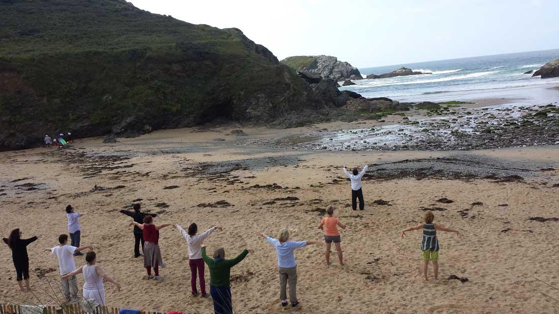 Pratique du Qi Gong sur la plage